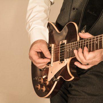 gitarre-spielend